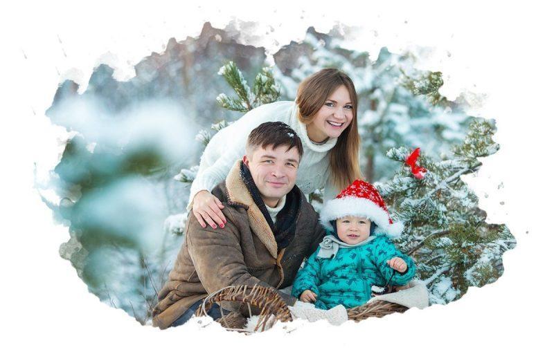 семья фотографируется в лесу
