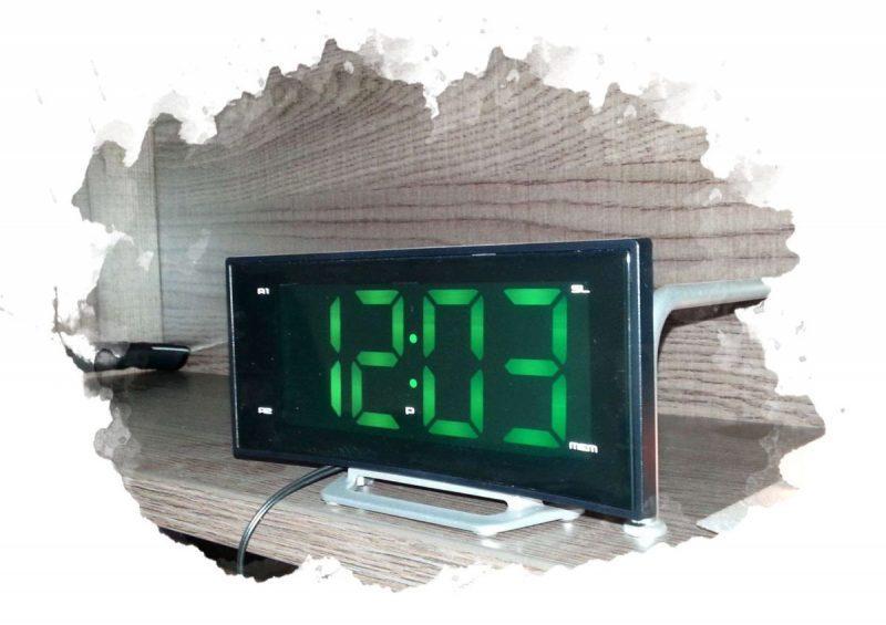 электронные часы на полке