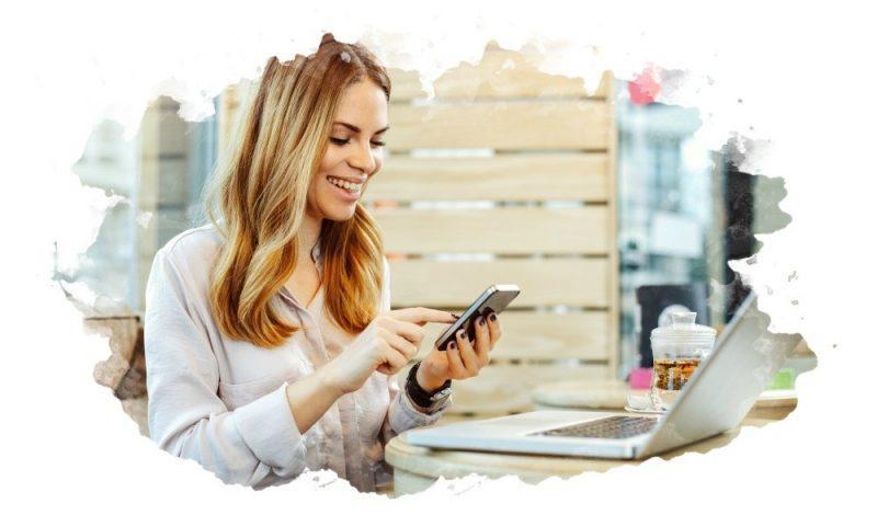 девушка печатает сообщение в телефоне