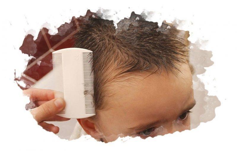 ребенку вычесывают волосы