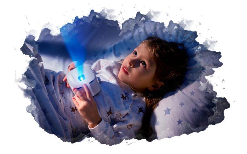 ребенок с мини проектором