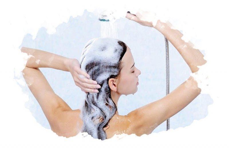 девушка моет голову шампунью