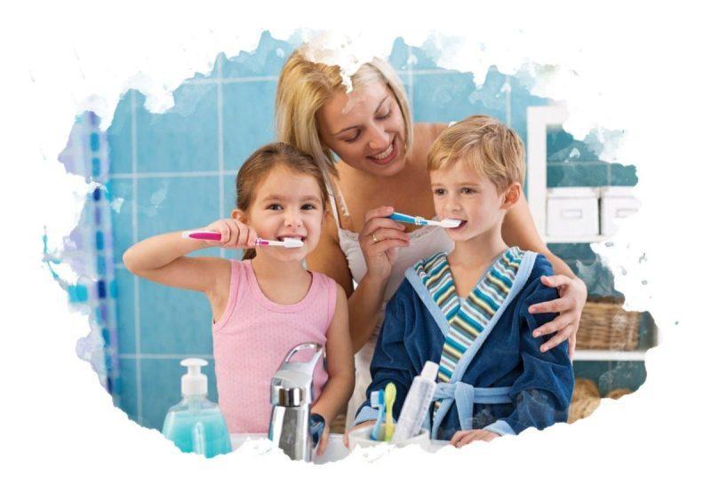 семья чистит зубы