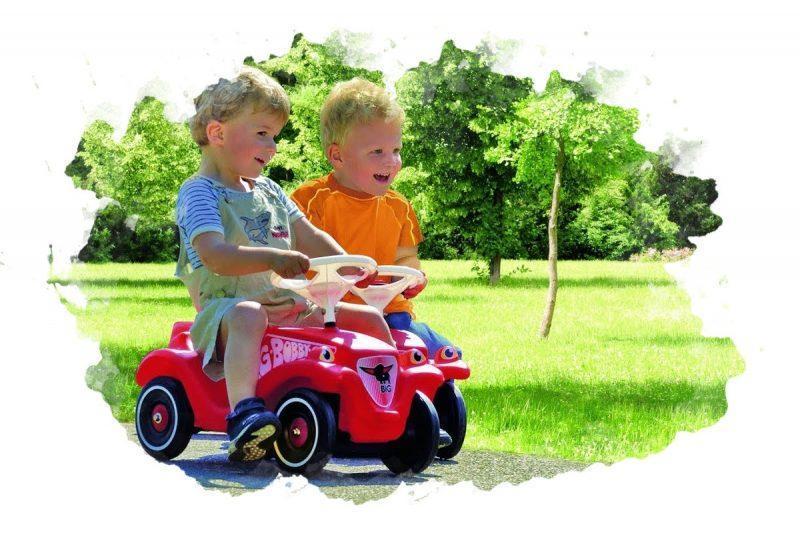 дети в машине кататлке