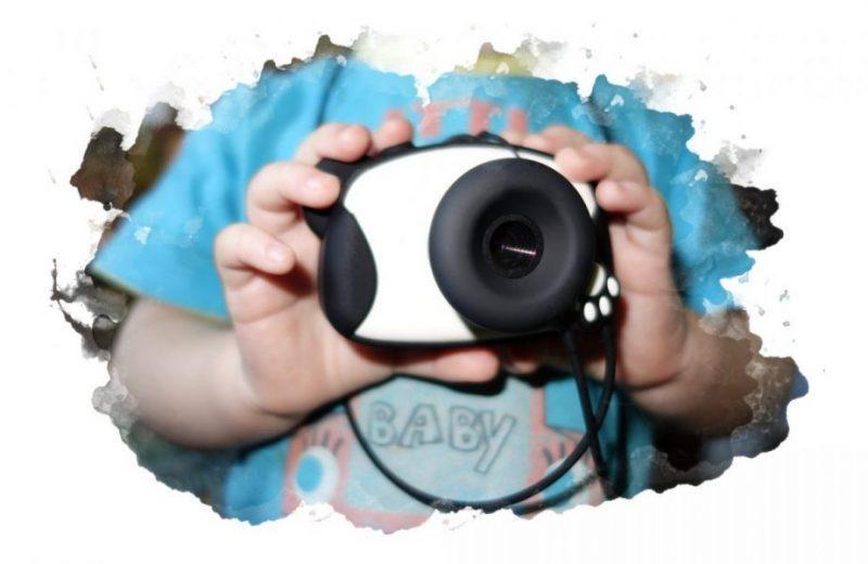 ребенок держит фотоаппарат