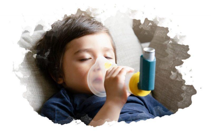 ребенок дышит в спейсер для ингаляций