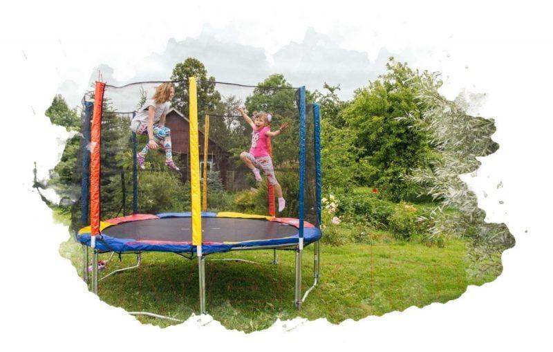 ребенок прыгает на батуте
