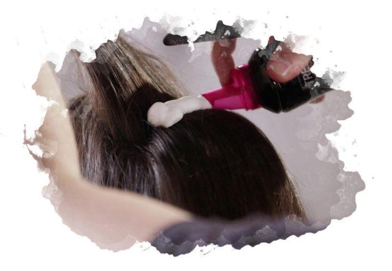 нанесение мусса для волос