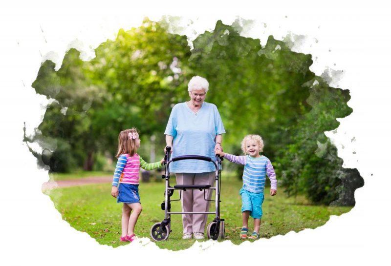 женщина на ходунках с внуками
