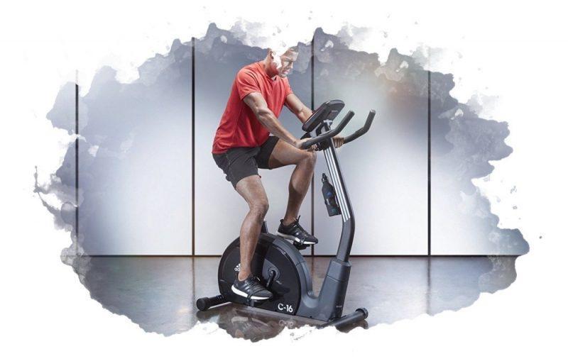 мужчина на велотренажере