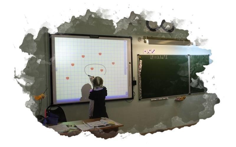 ребенок рисует на интерактивной доске