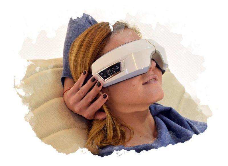 массажер для глаз во время отдыха