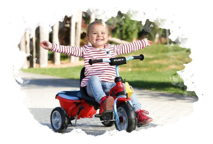 трехколесный велосипед с ребенком