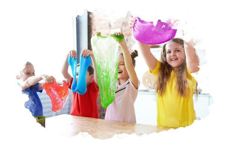 дети играют с набором слаймов