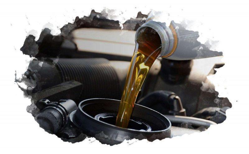 залить моторное масло