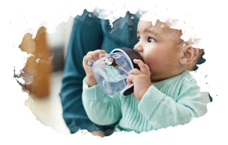 как поить ребенка из поильника